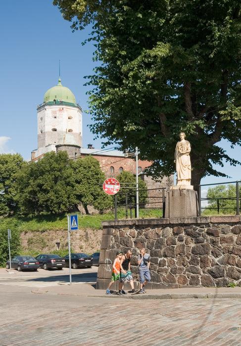 Крепостная-улица.-статуя-«Промышленность»-с-шестерней-и-молотом-в-руках.jpg
