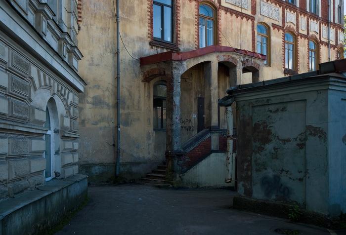 на-углу-Крепостной-и-улицы-Южного-вала.-возле-Гауптвахты-Выборгской-крепости.jpg