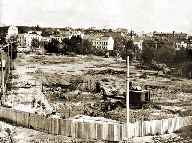 1. 1960.02.01 Начало строительства универмага Украина на площади Победы.jpg