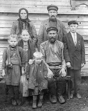 Семья бабушки Федосьи. Она - стоит слева. На фото также ее братья, отец, мать и бабушка с дедушкой.
