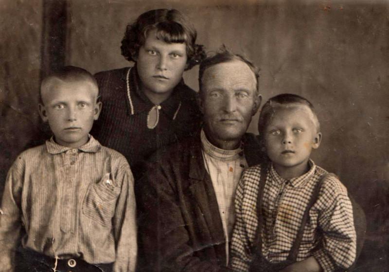 бабушка Федосья с отцом, племянником и младшим братом до войны.