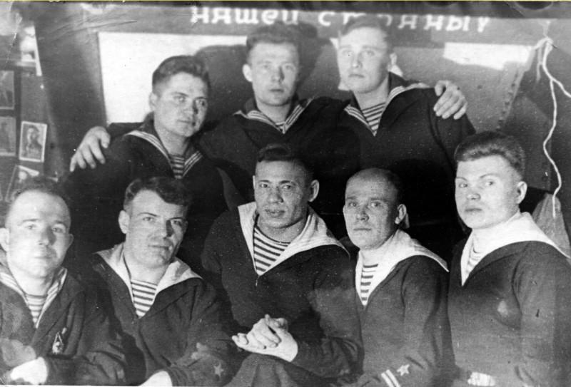 """Матросы линкора """"Марат"""".Скорее всего, фото военное. Алексей Шмагин - по центру в верхнем ряду, Федор Шмагин - второй справа в нижнем. Оба  выжили в бомбежку 23 сентября 1941 года, когда затонула носовая часть. Из их группы в 40 чел, выжило только 4."""