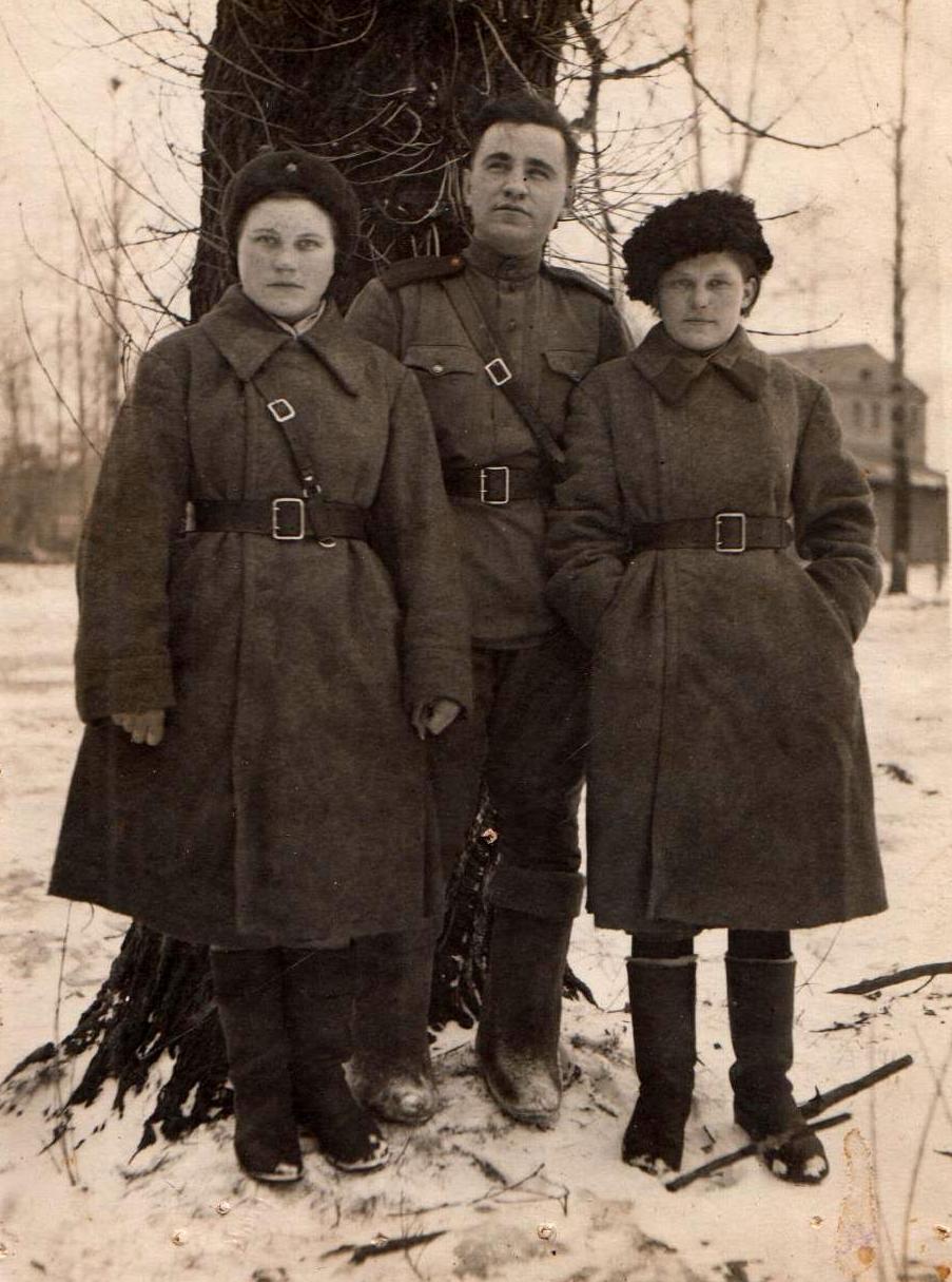 Федосья - справа. Ленинградский фронт, 1943 г.