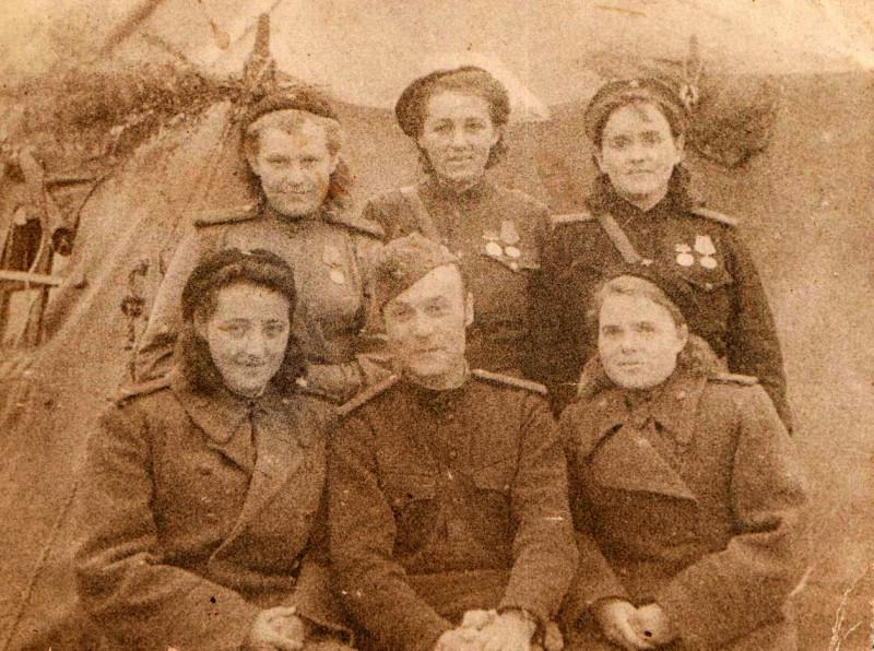 Федосья - слева в верхнем ряду. Снимок вероятно сделан по случаю награждения в честь снятия блокады Ленинграда.
