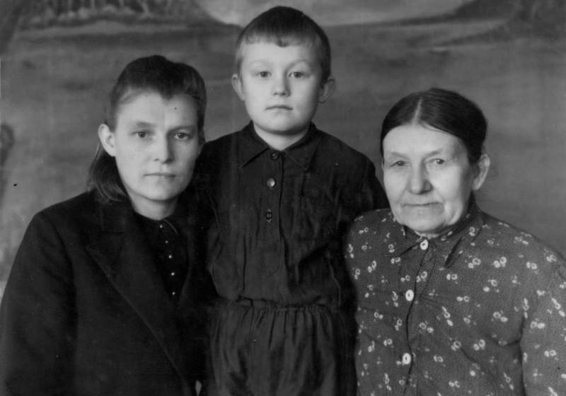 Федосья с сыном и матерью