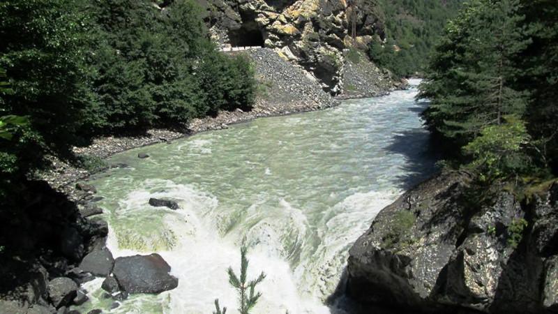 река Ингури. фото с сайта: https://v-georgia.com/showplaces/puteshestvie-na-reku-inguri/
