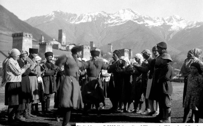 танцующие сваны. 1930-е. источник: https://www.pinterest.ru/pin/447263806724779230/
