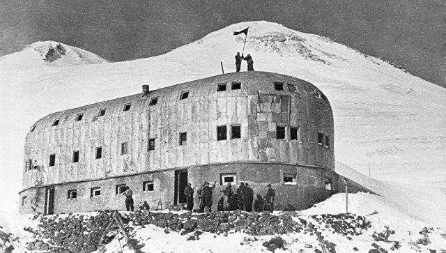 """Приют 11-и. Самая высокогорная гостиница СССР, высота около  (высота 4000 м.) Была занята в августе 1942 г. немецкими горными егерями """"Эдельвейса"""". Заняв гостиницу немцы совершили восхождения на Эльбрус и установили там нацистские флаги, как символ демонстрации победы на Кавказе. Советские войска предпринимали неоднократные попытки отбить """"Приют 11-и"""".  Но вернуть его удалось только после ухода немцев с Кавказа зимой 1943 г."""
