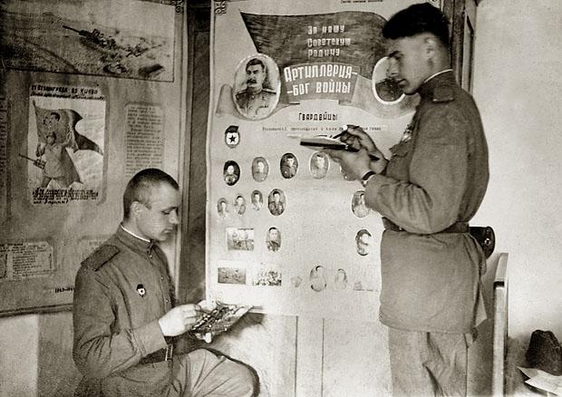 На политзанятиях в пехотном училище. Уфа, 1943 год.. Отсюда: http://ugvim.ru/virtualmuseum/zal-istorii-urala/voennye-uchilishcha/