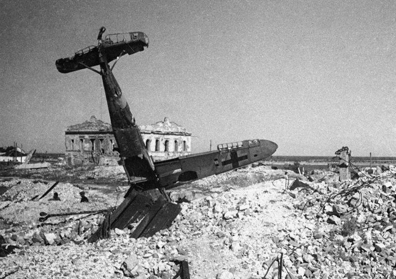 Подбитый и севший на вынужденную немецкий истребитель Bf.109 в центре Сталинграда . Отсюда: https://waralbum.ru/384971/