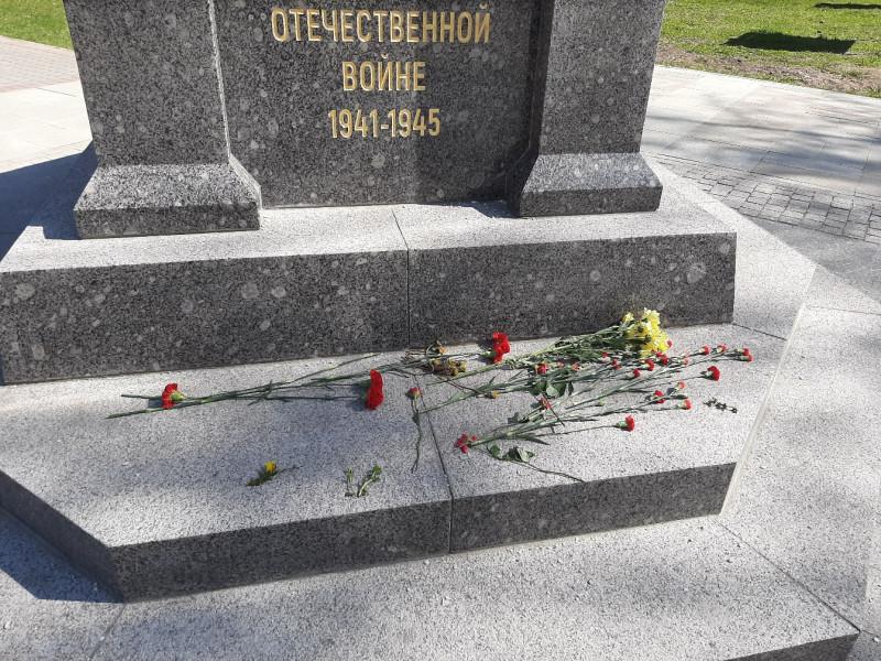 обелиск памяти летчикам после празднования Дня Победы