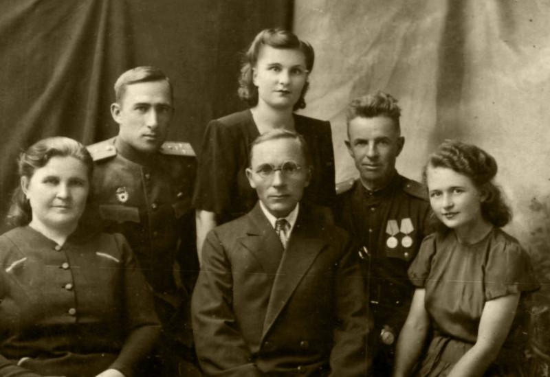 1945 год. Справа - Иван Николаевич с женой Клавдией.