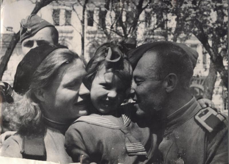 На одной из улиц Астрахани в день Победы над Германией. 9 мая 1945 г. фото с сайта: http://pobeda70.astrgorod.ru/voyna-v-fotografiyah