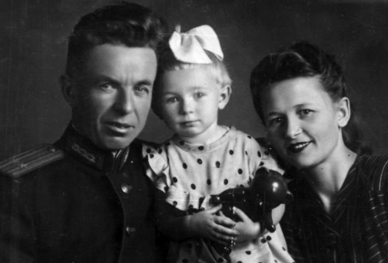Иван Николаевич, Клавдия Федоровна и моя мама.