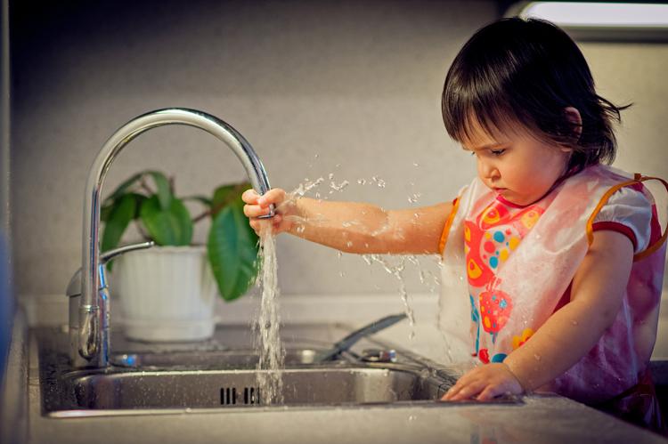 брюнетка моет посуду фото что