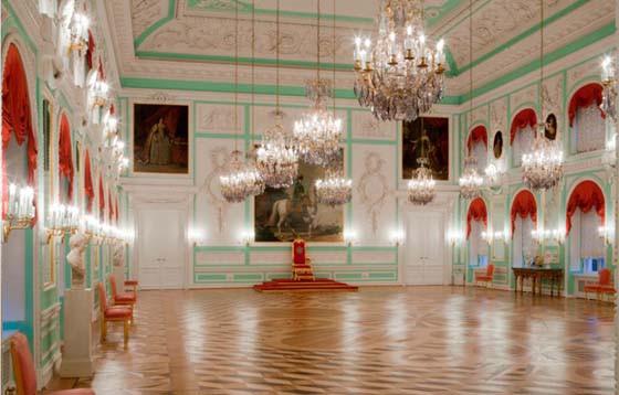 Пгф тронный зал