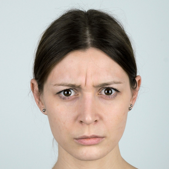 Косметолог сказала, что это потому, что большой залом кожи и его надо заполнять гелем.