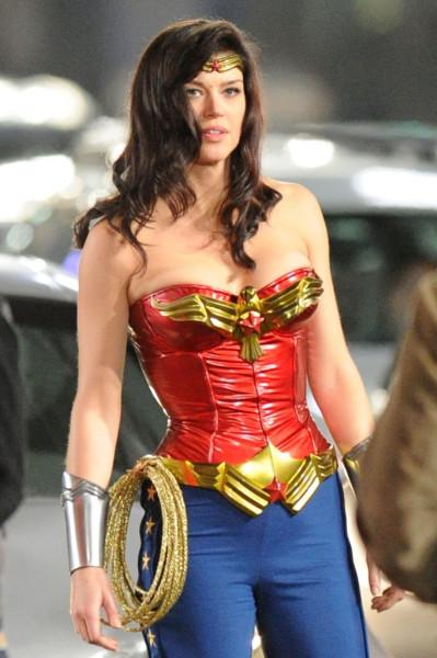 Adrianne-Palicki-Wonder-Woman-Set-12
