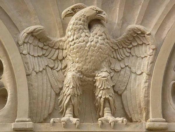 двуголовый орел оглядывается