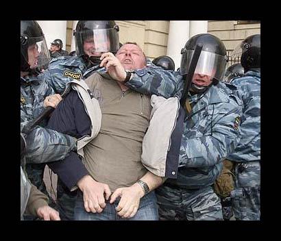 жестокое избиение омоном мирных граждан