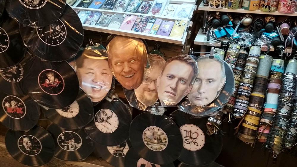 Питер. маски Навального в продаже