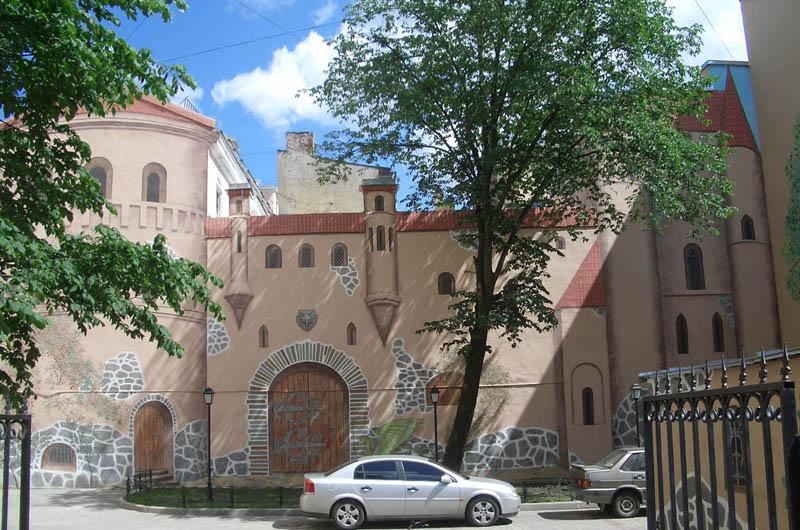 Сказочный дворик в Петербурге