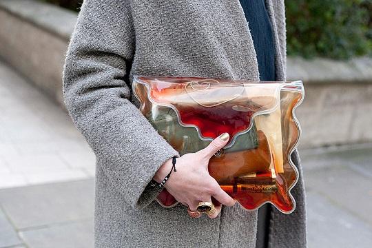 tendencias_street_style_moda_en_la_calle_clutches_accesorios_bolsos_848930017_900x600