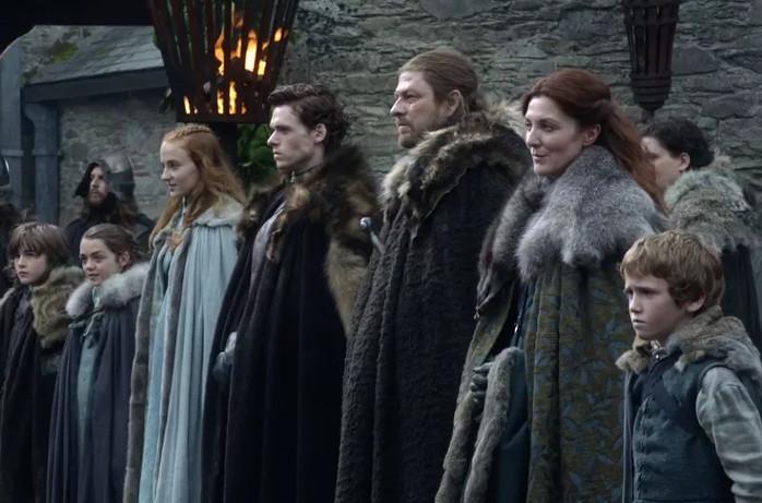 1-й сезон, Санса - единственная, чей наряд выделяется среди остальных Старков