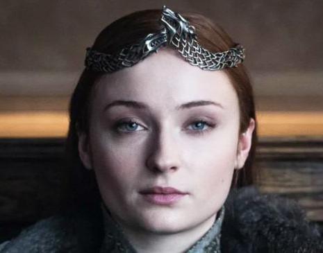 *заметье, кстати, что с появлением короны исчезло ожерелье-цепь, воинственное, но все еще несколько напоминающее ошейник, ибо теперь Санса независима и совершенно свободна