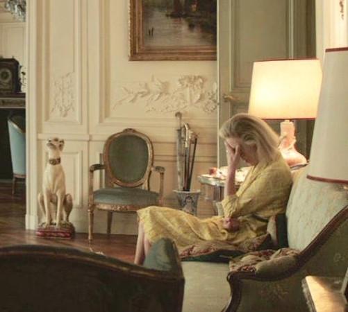 смотрите, как Аннушка буквально слилась с интерьером своих роскошных апартаментов - это её единственное напоминание и свидетельство принадлежности к царской династии