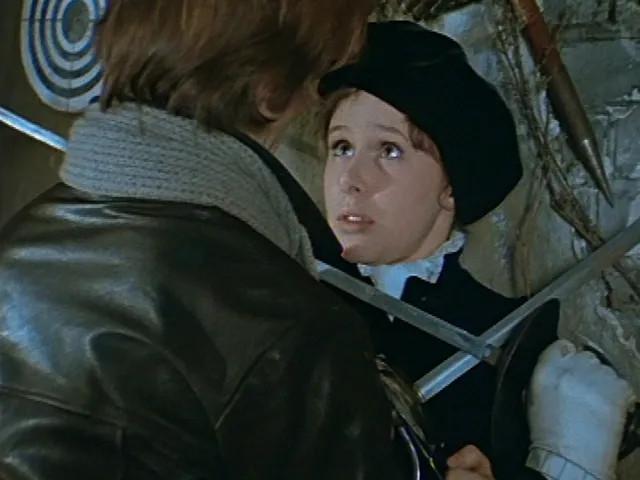 интересно, что режиссер утвердил Е.Симонову на эту роль после того, как увидел именно в этом костюме.