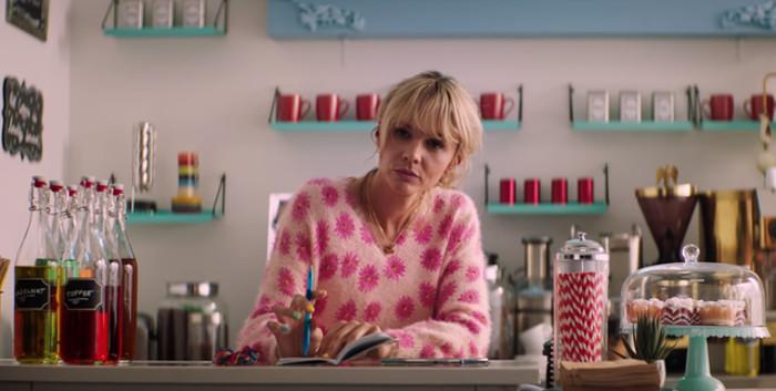 """смотрите, как героиня вписывается в яркий """"сладкий"""" интерьер кафе, где работает"""