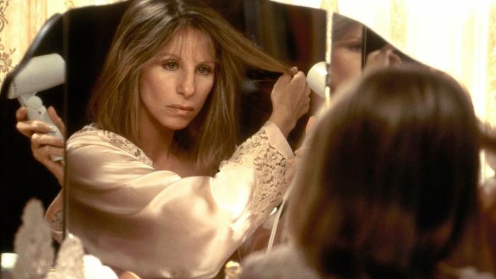 """Барбара Стрейзанд в процессе своей трансформации в """"У зеркала два лица"""" (1996)"""