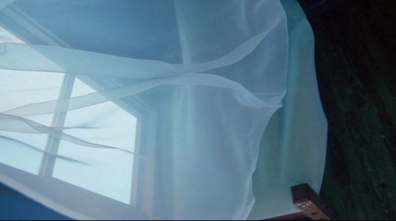 Фото: окно, занавеска, раздуваемая ветром (вид сверху)