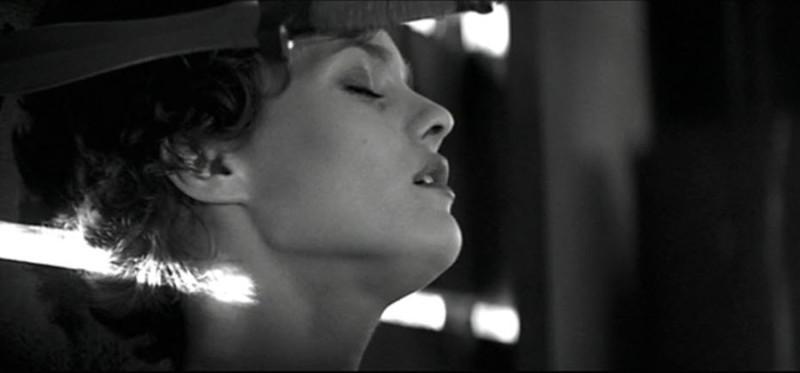 "кадр из фильма ""Девушка на мосту"""