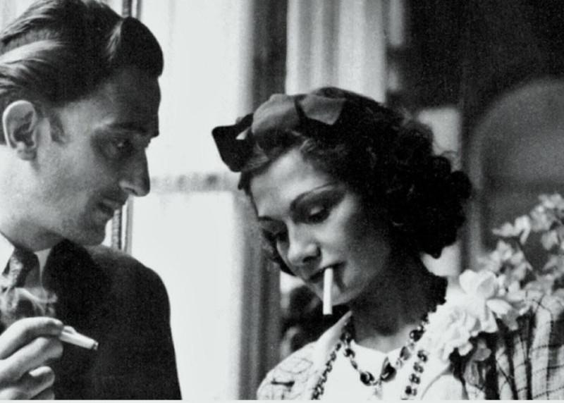 мужчина ( Salvador Dali) и женщина ( Coco Chanel) курят вроде бы как...