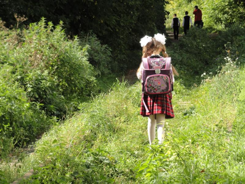 а тяжелый ранец у девчушки-то...