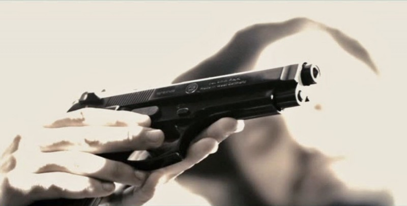 пистолет в руке, лицо мужчины на заднем плане ... хотя, пост вообще-то для нас, для девушек...