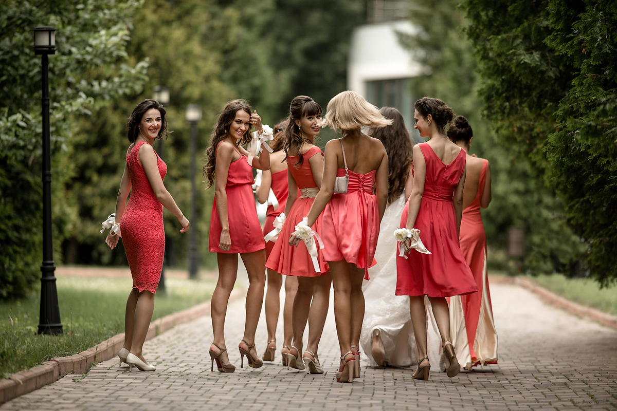 девушки в красном 1200