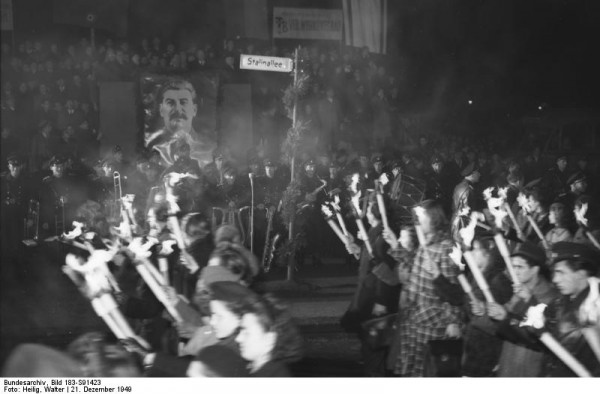 Bundesarchiv_Bild_183-S91423,_Berlin,_Großkundgebung_zum_70._Geburtstag_von_J.W._Stalin.