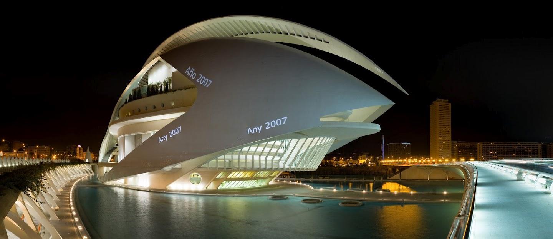 Дворец оперного и театрального искусства имени Королевы Софии ночью.