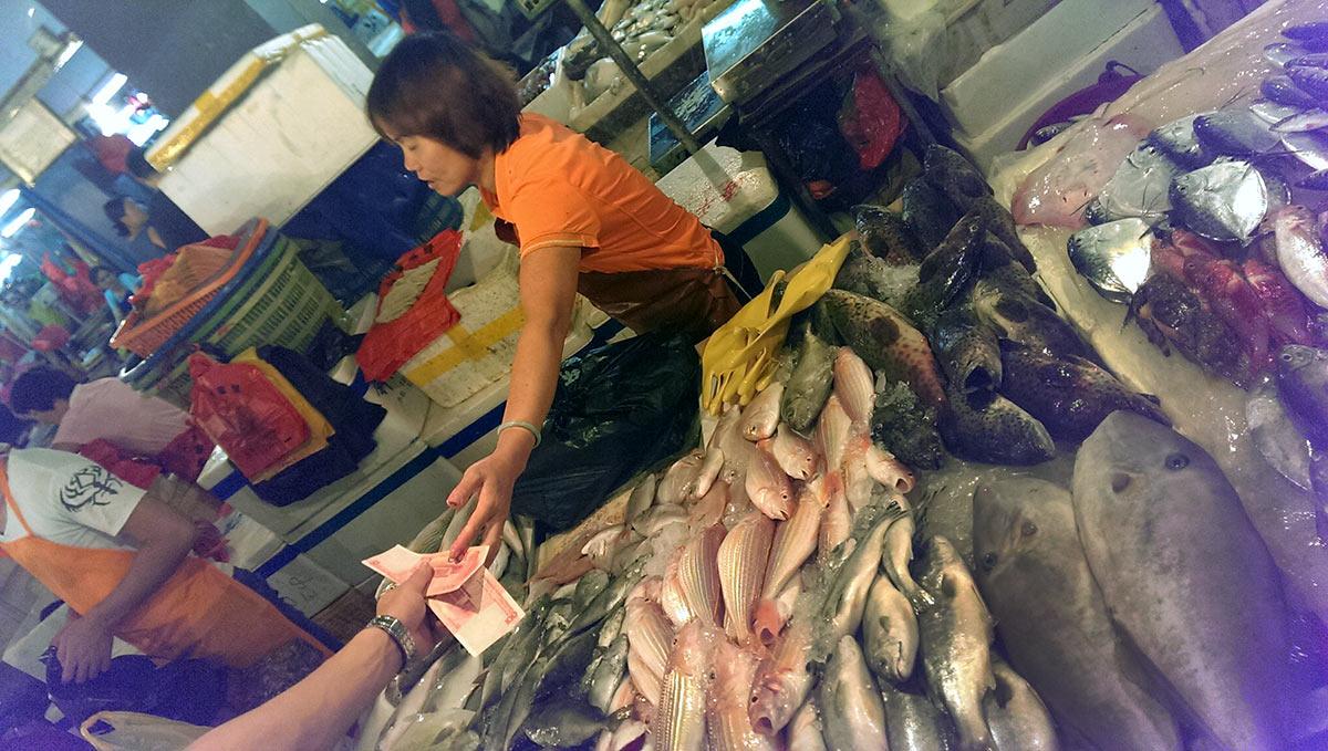 На рыбном рынке в Санье