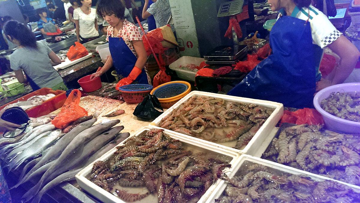 Креветки на рынке в Санье