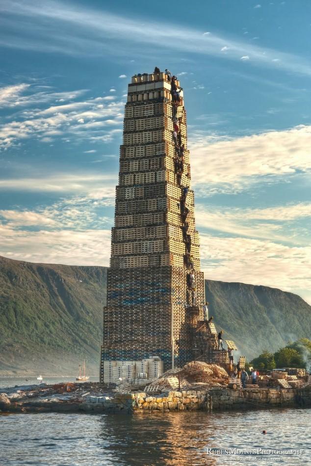 башня из поддонов в Олесунне
