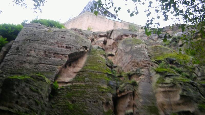 Фото откровенно никакое, каюсь, но представление о высоте скалы даёт. Конструкции сверху - это работают реставраторы