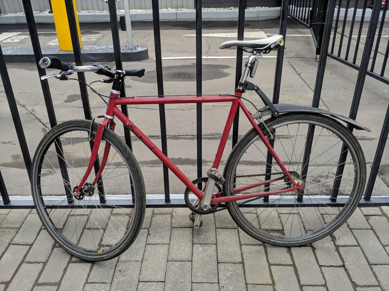 Последняя фотография в сборе. Экспериментировал - езда с рюкзаком на голом велосипеде против велосипеда увешанного сумками. Голый велосипед ощущается живее, но по времени никакого выигрыша нет.
