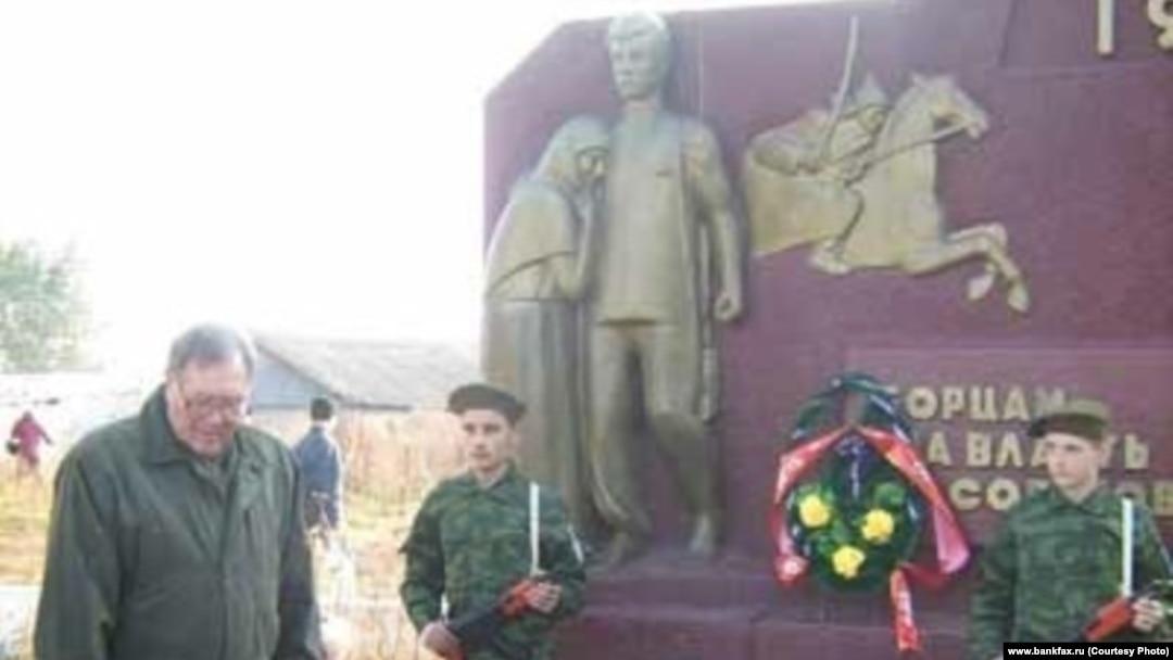 Памятник большевицкому бандиту Рогову.