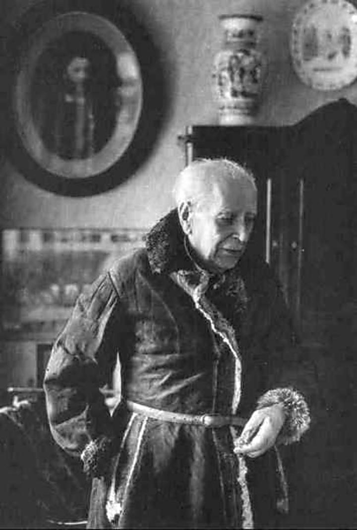 Академик Д.С. Лихачёв в своём тулупе советского заключённого (Соловецкого лагеря особого назначения), 1990 год.