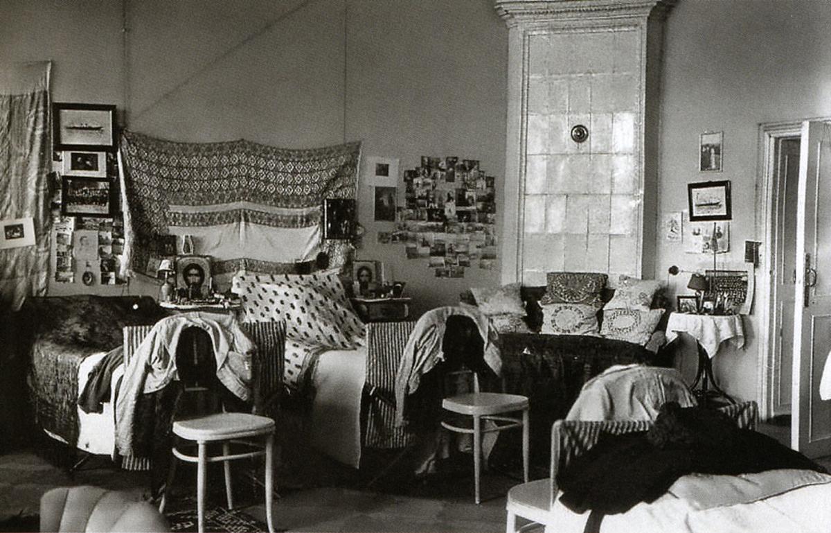 Железные кровати в комнате Великих Княжон Ольги, Татьяны, Марии и Анастасии Романовых в Тобольске (август 1917 – апрель 1918 года).