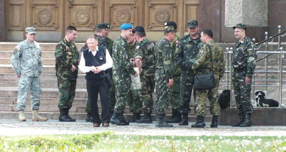 Иностранные военные в Николаеве, на Украине (3 мая 2014 года).
